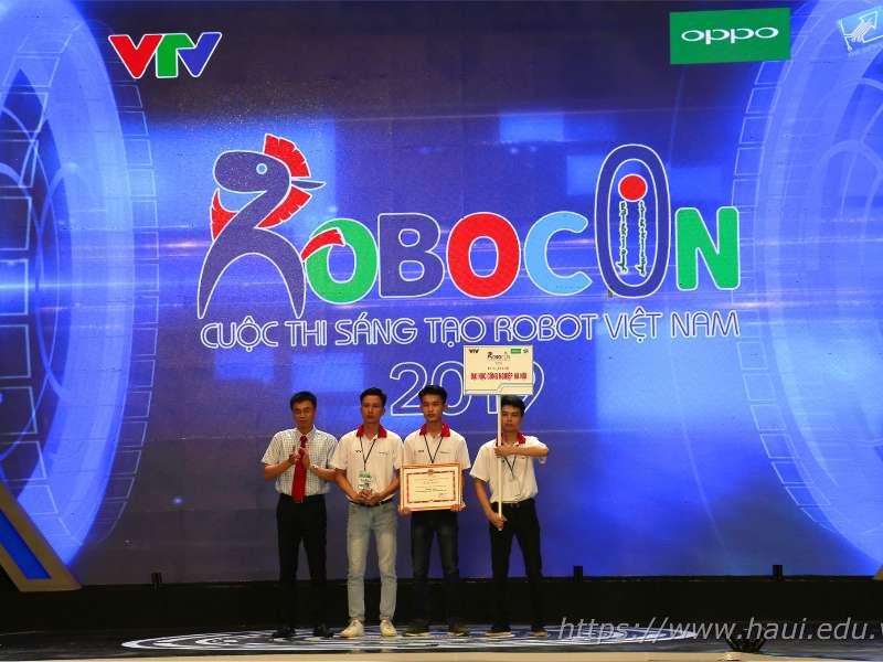 """Đại học Công nghiệp Hà Nội giành giải """"Ba"""" và giải """"Đội có ý tưởng sáng tạo nhất"""" tại Cuộc thi Sáng tạo Robot Việt Nam 2019"""